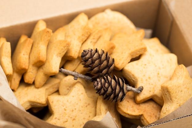 Confezione regalo con biscotti allo zenzero e coni da vicino