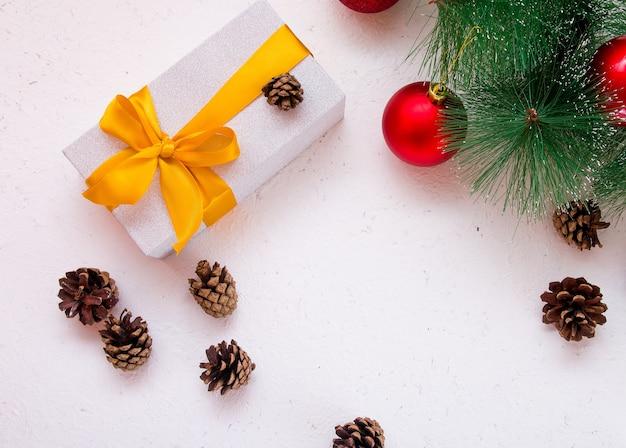 Confezione regalo con fiocco dorato su sfondo bianco