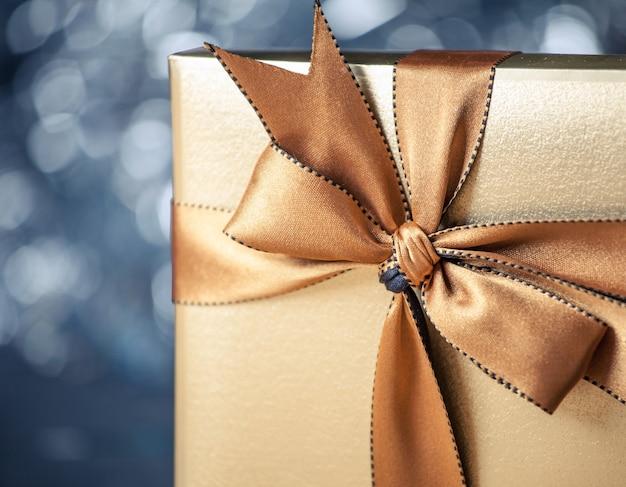 Confezione regalo con nastro dorato