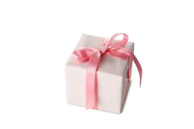 Confezione regalo con fiocco rosa isolato su sfondo bianco