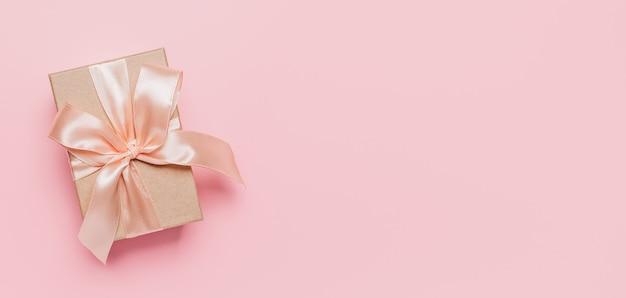 Confezione regalo con nastro sulla superficie rosa