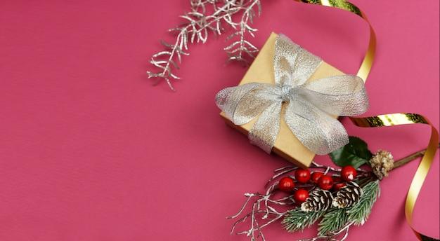 Confezione regalo con fiocco in argento e serpentino dorato