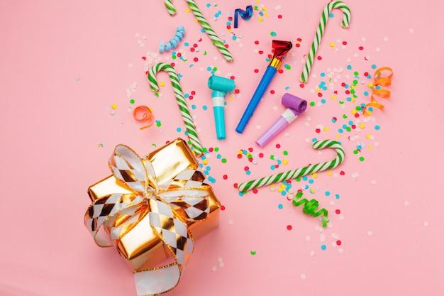 Confezione regalo con vari coriandoli, stelle filanti e decorazioni