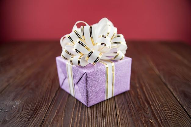 Confezione regalo sul tavolo di legno