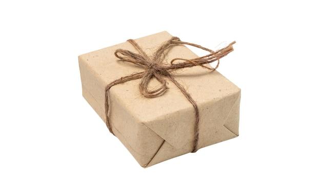 Confezione regalo con carta riciclata marrone e corda isolata on white con tracciato di ritaglio
