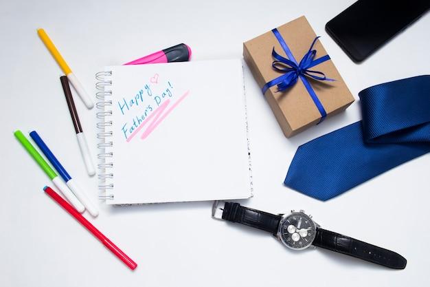 Una confezione regalo avvolta in carta kraft vista dall'alto layout piatto hipsterstyle per il concetto della festa del papà