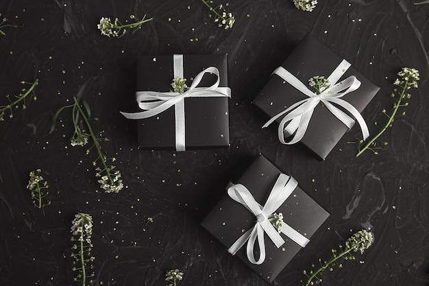 Scatole regalo in colore bianco e nero con fiori