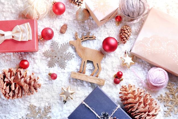 Confezioni regalo e decorazioni natalizie su tavola in legno