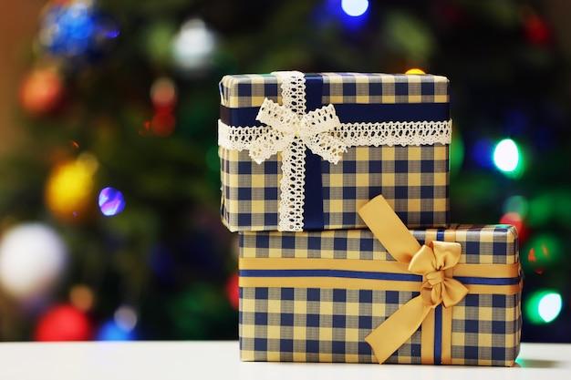 Scatole regalo sullo sfondo delle luci dell'albero di natale