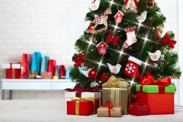 Scatole regalo e albero di natale