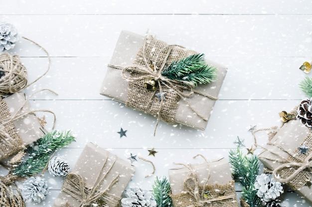 Collezione di scatole regalo avvolte in carta kraft con bordo in pino su legno bianco