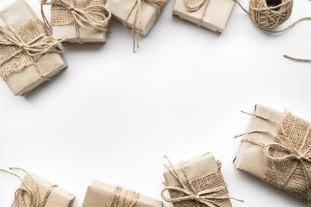 Collezione di scatole regalo avvolta in carta kraft con sfondo bianco