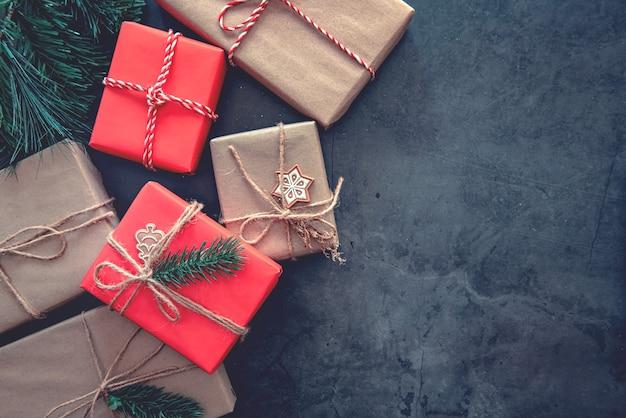 Scatole regalo e decorazioni per il natale
