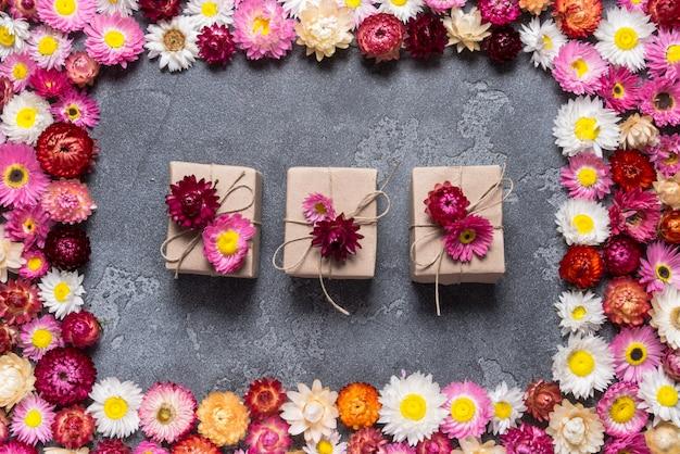 Scatole regalo su sfondo floreale