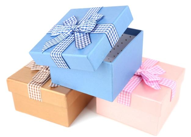 Scatole regalo isolate su superficie bianca