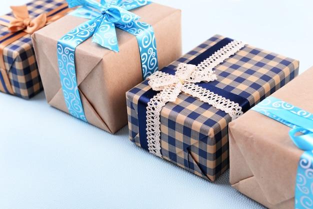 Scatole regalo su sfondo azzurro irregolare
