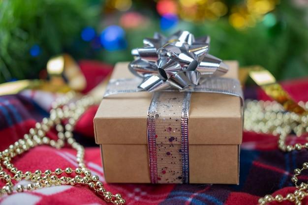 Scatole regalo di imballaggio con un fiocco e un nastro di colore argento