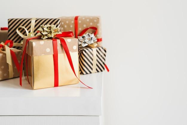 Scatole regalo in piedi su un tavolo bianco. regali di natale.