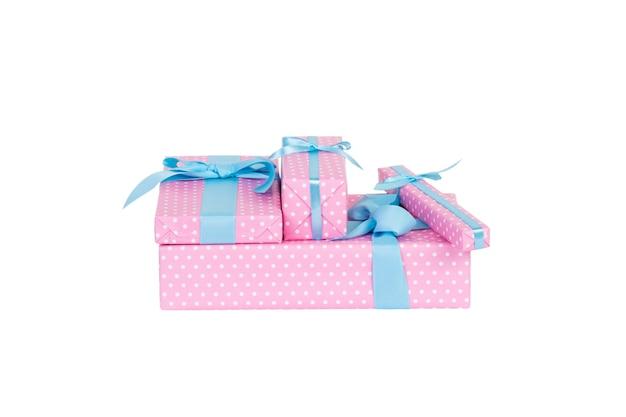 Scatole regalo con nastro blu su bianco.