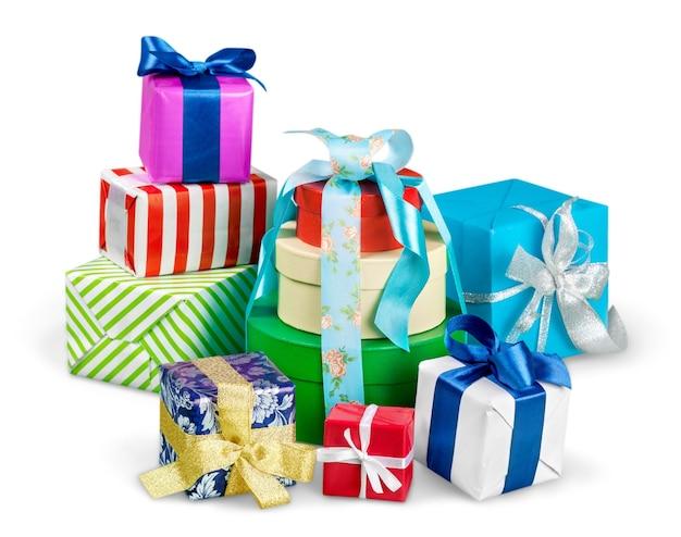 Scatole regalo con nastri e fiocchi su sfondo bianco