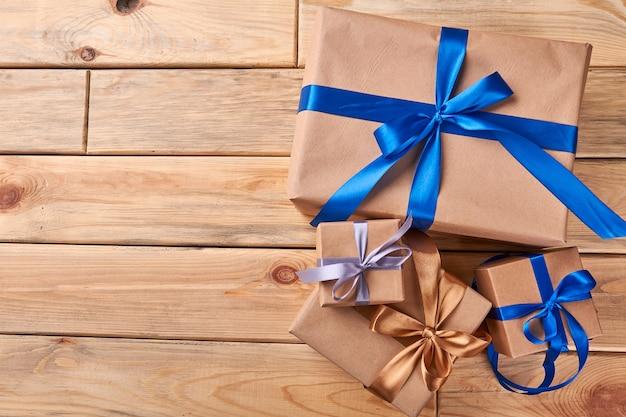 Scatole regalo su fondo di legno. fiocchi di nastro colorati sui regali. spirito e atmosfera di vacanza.
