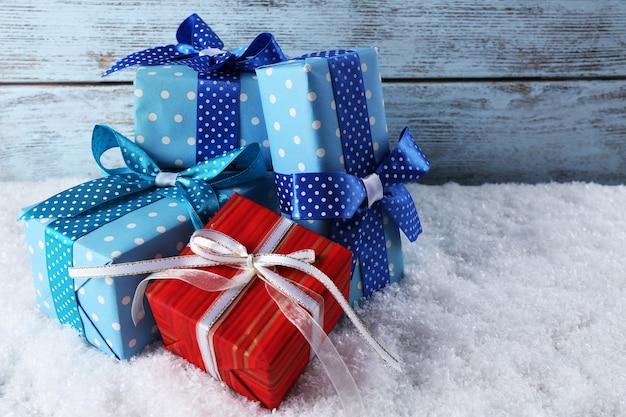 Confezioni regalo su superficie in legno