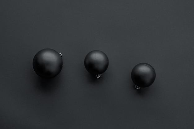 Decorazioni regalo capodanno e felice celebrazione concetto palline di natale su sfondo nero flatlay ...