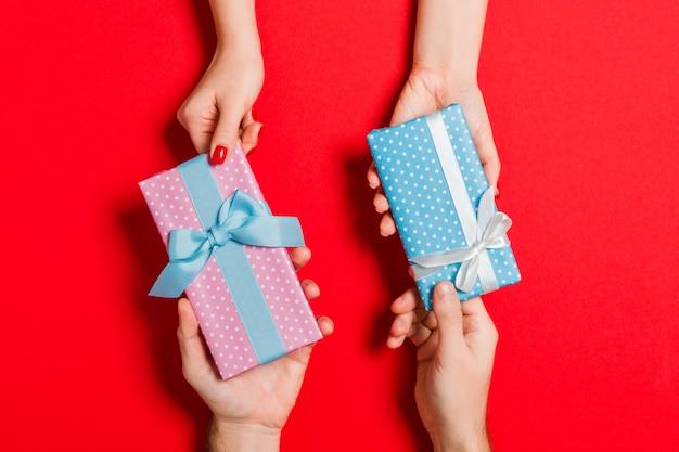 Scambio di regali di mano in mano