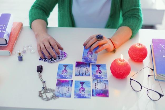 Dono di magia. vista dall'alto di un posto di lavoro di indovini con carte dei tarocchi su di esso