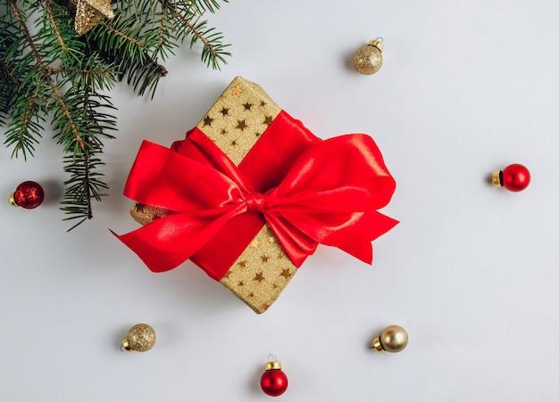 Regalo o presente scatola con stelle su sfondo bianco. composizione piatta laica per natale o capodanno.