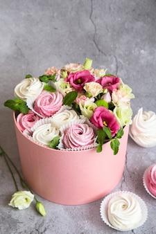 Confezione regalo nella confezione: marshmallow bianchi e rosa e bellissimi fiori