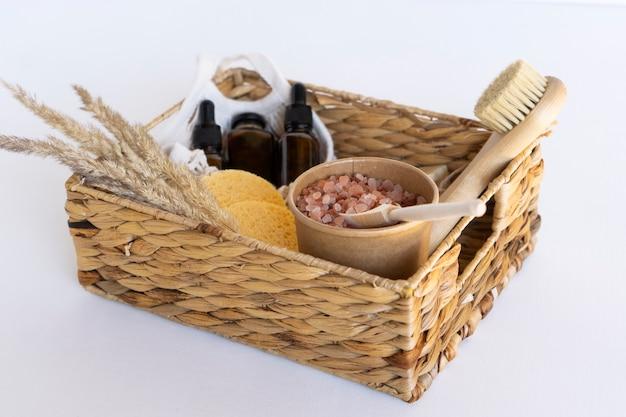 Una confezione regalo spa con oli essenziali, siero naturale, sapone, spugne e sale termale himalayano rosa