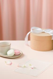Regalo con fiori e una tazza di tè - giorno dell'anniversario
