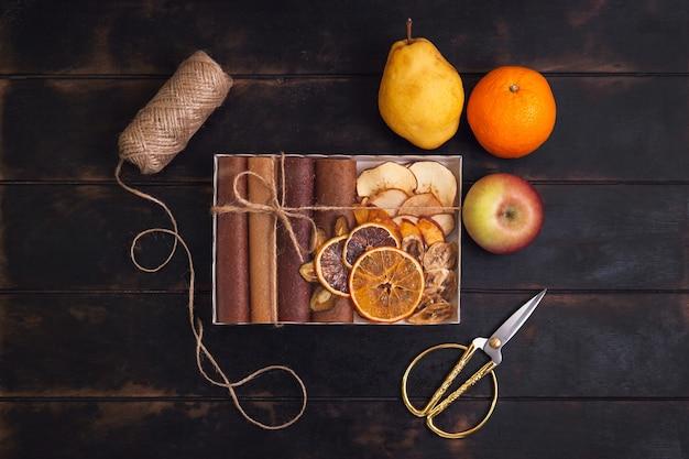 Regalo con dolci sani. scatole di confezionamento con snack dolci di frutta - pastiglie e frutta secca. caramelle alla frutta, senza zucchero, alimentazione sana