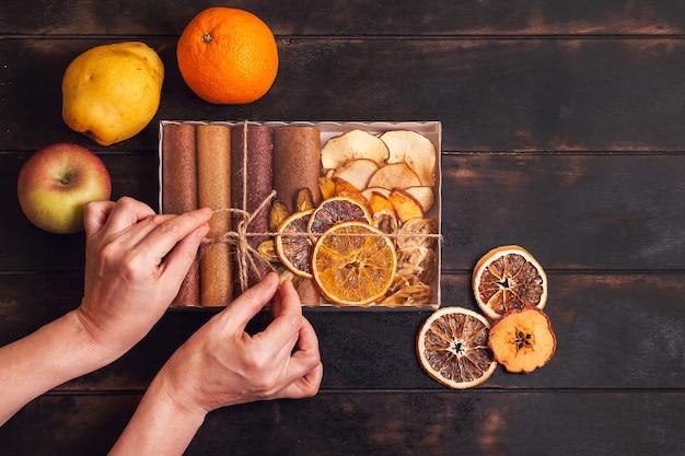 Regalo con dolci sani. scatole di confezionamento con snack dolci di frutta - pastiglie e frutta secca.