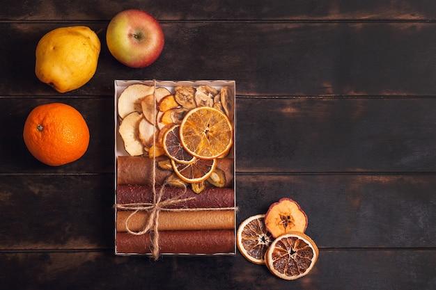Regalo con dolci sani. spuntini dolci di frutta in un pacchetto - pastiglie e frutta secca. caramelle alla frutta, senza zucchero, alimentazione sana.