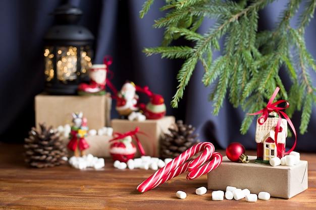 Un regalo con lecca-lecca a strisce e un giocattolo di natale su uno sfondo di natale