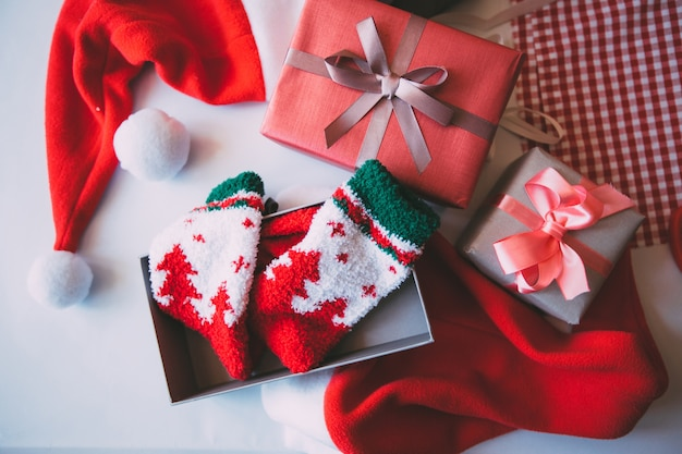 Confezione regalo sul tavolo con decorazioni