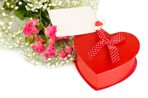 Confezione regalo e fiori isolati su bianco