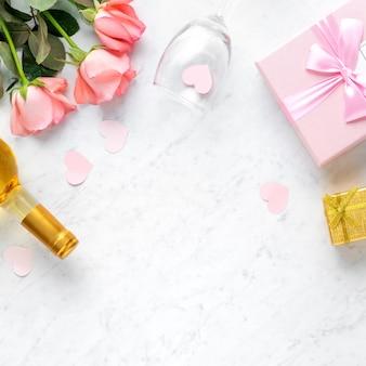 Giftbox e rosa rosa fiore su marmo bianco sullo sfondo della tabella per il concetto di design del regalo di festa di san valentino
