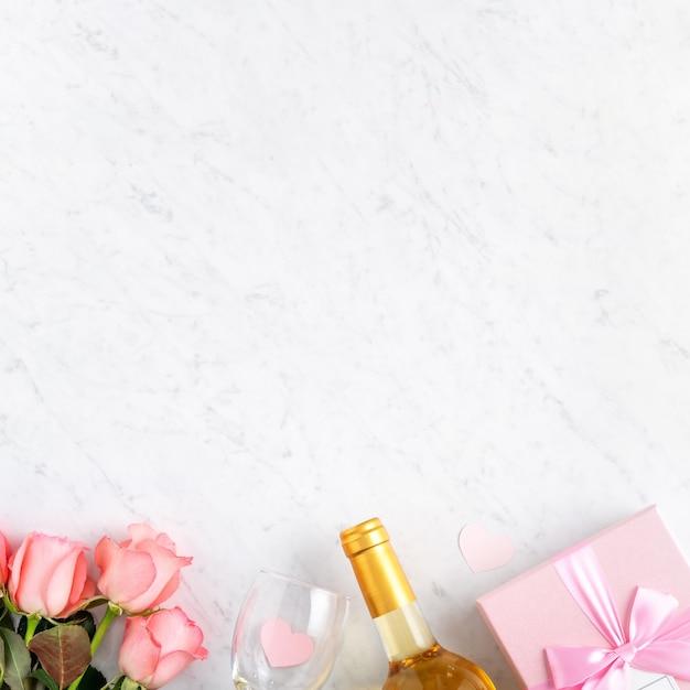 Giftbox e rosa rosa fiore su marmo bianco sullo sfondo della tabella per il concetto di design del regalo di festa di san valentino.