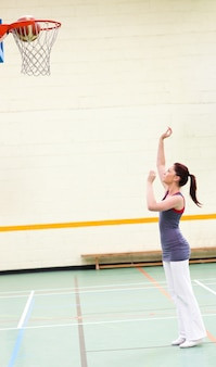 Donna dotata che pratica pallacanestro