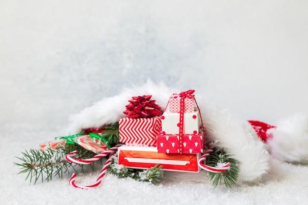 Regali e decorazioni natalizie sul pavimento innevato