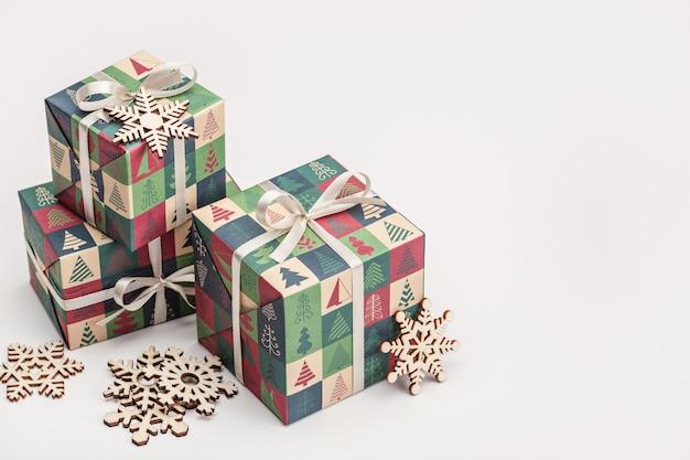 Regali per natale e capodanno in scatole ben confezionate.