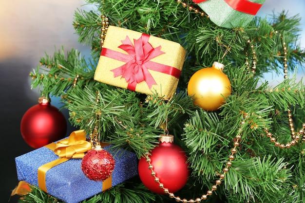 Regali sull'albero di natale sullo sfondo della stanza