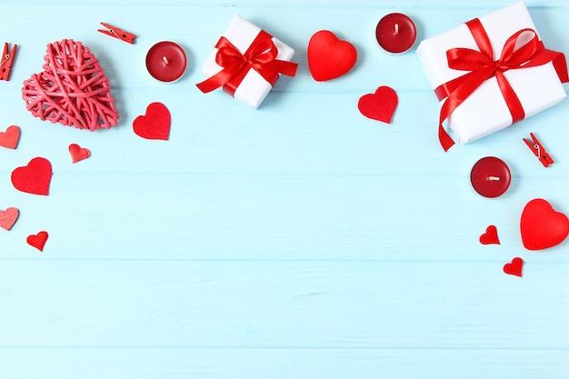 Regali e cuori su uno sfondo colorato vista dall'alto amore