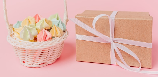 Doni con dolci su sfondo rosa isolato, amore e concetto di san valentino