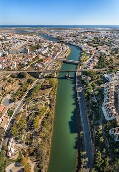 Il fiume gilao e i ponti nella città di tavira.