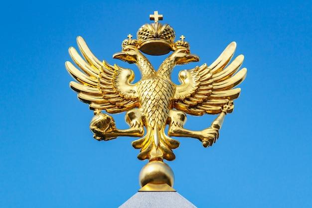 Aquila bicipite russa dorata contro il cielo blu