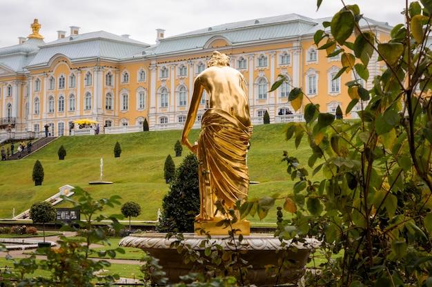 Statua dorata della ninfa del banco di marmo fontana peterhof san pietroburgo russia